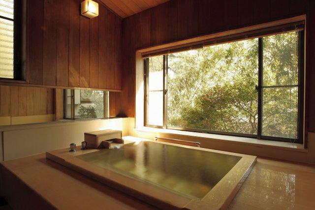 大きな檜風呂がついた客室も