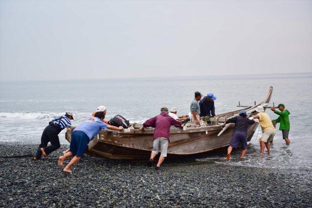 漁師が船を出します。