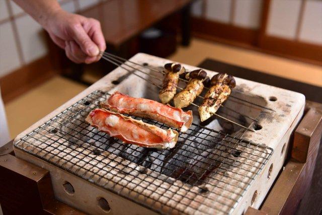 蟹と松茸を目の前で焼き上げる