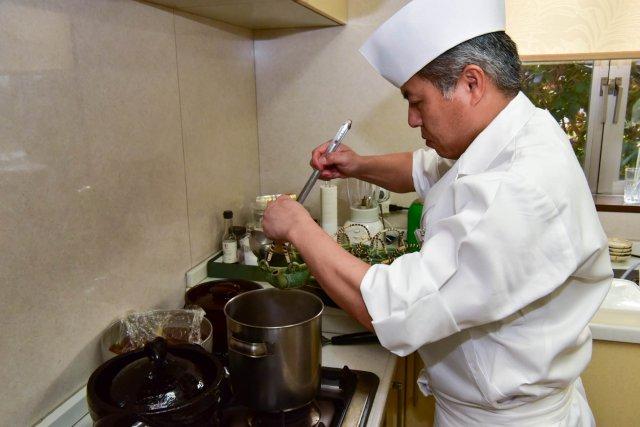 料理人が出汁からこだわって調理いたします
