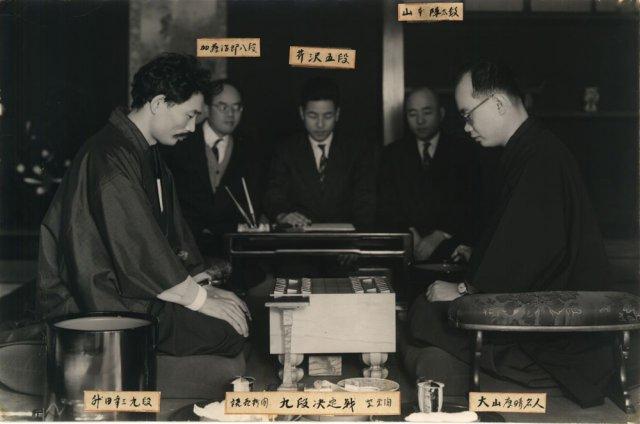 陣屋の松風の間にて、昭和20年代に行われた九段決定戦での大山康晴名人と升田幸三九段の対局。升田先生の時代から大山先生へと移っていく、将棋の歴史の一ページ。